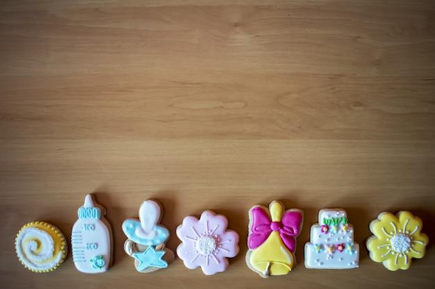 Biscoitos de gengibre caseiro de natal na mesa de madeira