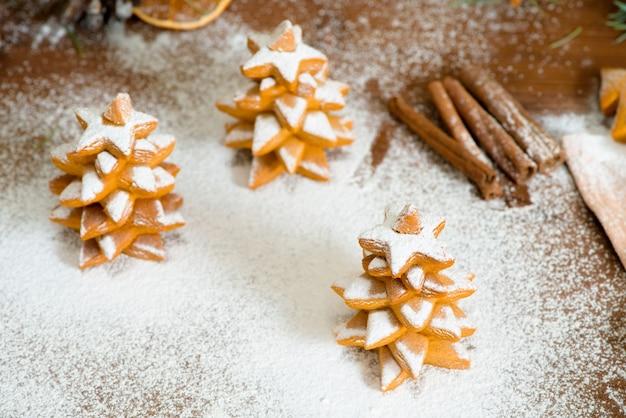 Biscoitos de gengibre caseiros árvores de natal decoradas com açúcar de confeiteiro
