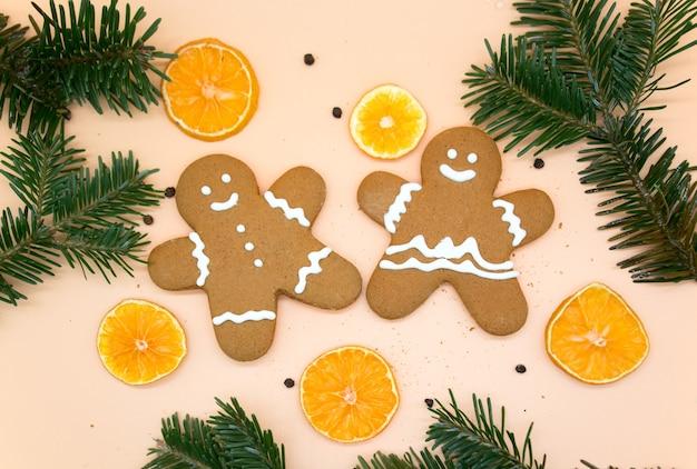 Biscoitos de gengibre caseiros de natal com fatias de laranja e galhos de árvores de natal