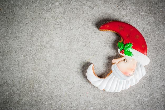 Biscoitos de gengibre colorido caseiro de natal. vista superior, copyspace