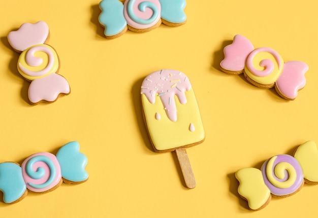 Biscoitos de gengibre coloridos em forma de doces e sorvete em esmalte.