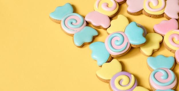 Biscoitos de gengibre coloridos em forma de doces em esmalte.