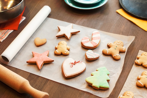 Biscoitos de gengibre coloridos em pergaminho culinário