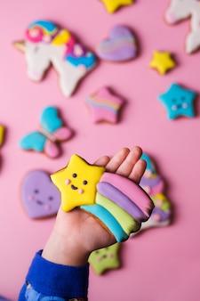 Biscoitos de gengibre com decoração colorida para crianças