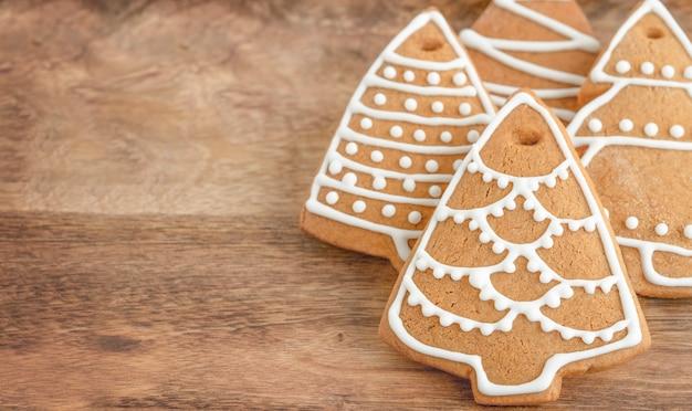 Biscoitos de gengibre da árvore de natal com fundo de madeira