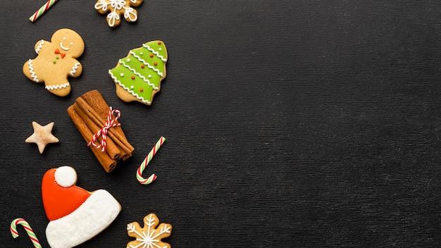 Biscoitos de gengibre de natal de vista superior com espaço de cópia