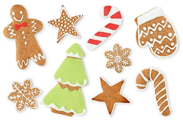 Biscoitos de gengibre de natal decorados em fundo branco isolado