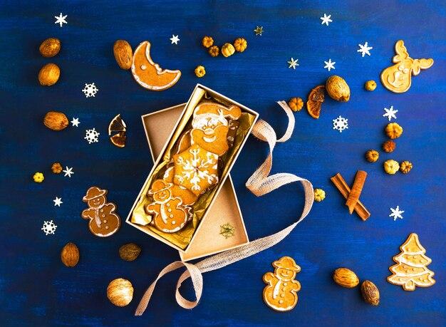 Biscoitos de gengibre de natal em caixa de presente, ingredientes, decoração sazonal