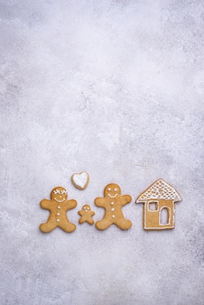 Biscoitos de gengibre de natal em forma de casa e homem. conceito de ficar em casa