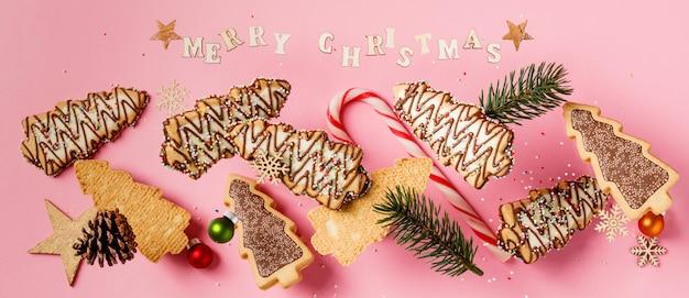 Biscoitos de gengibre de natal em forma de uma árvore de natal caindo