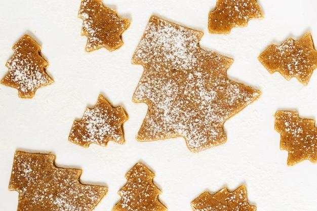 Biscoitos de gengibre de natal em fundo branco.