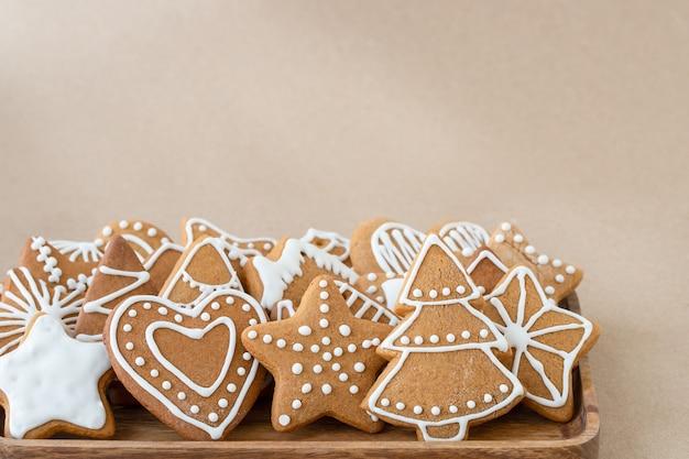 Biscoitos de gengibre de natal em fundo marrom
