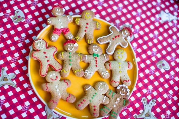 Biscoitos de gengibre de natal prontos em um prato