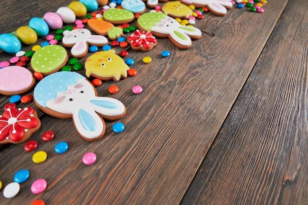 Biscoitos de gengibre de páscoa isolados na mesa de madeira.