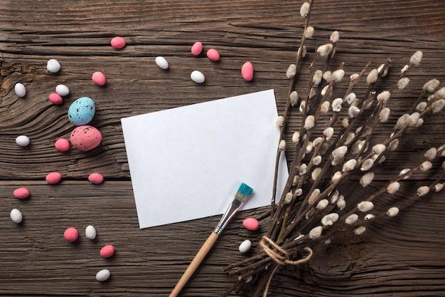 Biscoitos de gengibre de páscoa na mesa de madeira. coelhos e ovos. cartão de saudação