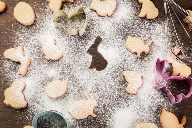 Biscoitos de gengibre de páscoa. ovos e coelhos. vista do topo