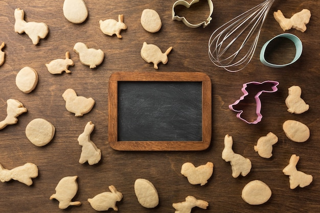 Biscoitos de gengibre de páscoa. ovos e coelhos. vista superior, com espaço de cópia.