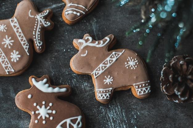 Biscoitos de gengibre decorados com glacê real.