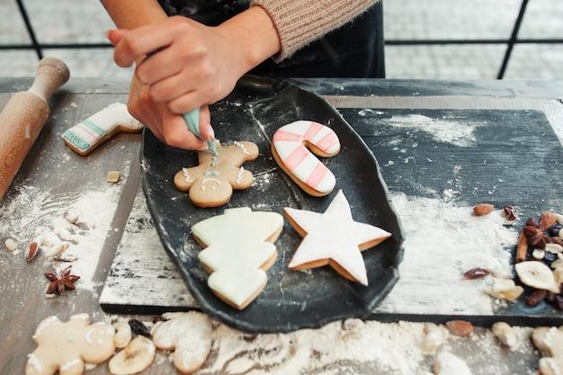 Biscoitos de gengibre decorando com creme