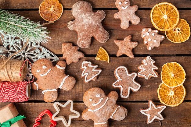 Biscoitos de gengibre doces de natal ano novo tratar doce sobremesa homem de gengibre canela gengibre Foto Premium
