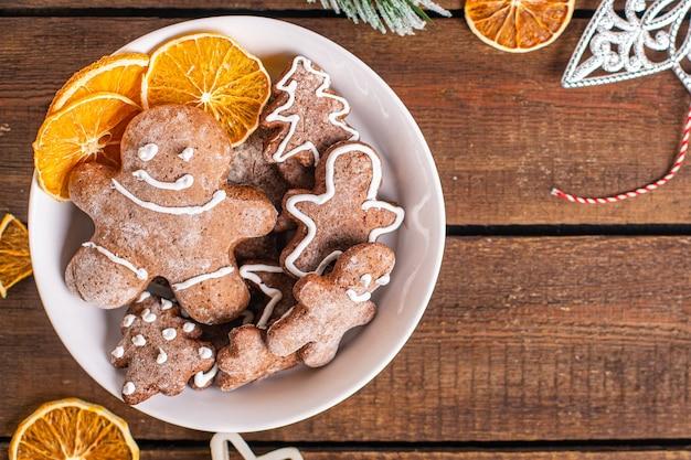 Biscoitos de gengibre doces de natal ano novo tratar doce sobremesa homem de gengibre canela gengibre