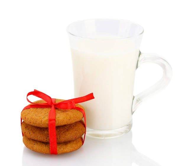 Biscoitos de gengibre e leite em copo isolado