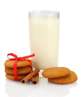 Biscoitos de gengibre e leite em vidro isolado no branco