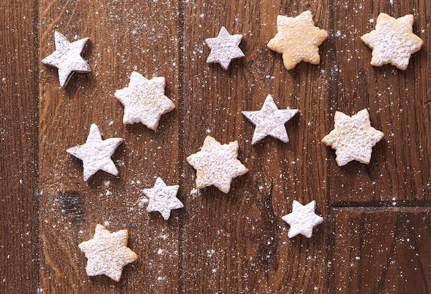 Biscoitos de gengibre em formato de estrela com açúcar de confeiteiro