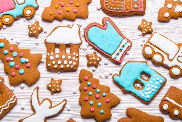 Biscoitos de gengibre em fundo de madeira, conceito de natal