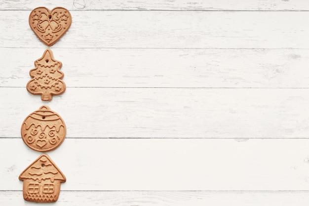 Biscoitos de gengibre em madeira branca