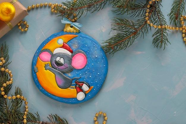 Biscoitos de gengibre mouse, símbolo de ano novo 2020, presentes de natal ou feriado de noel