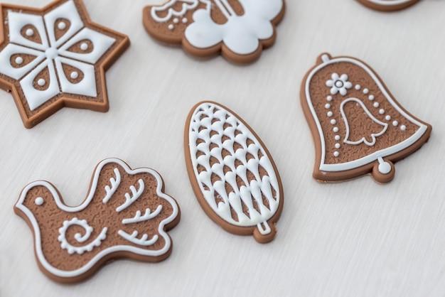 Biscoitos de gengibre na mesa de madeira clara como pano de fundo