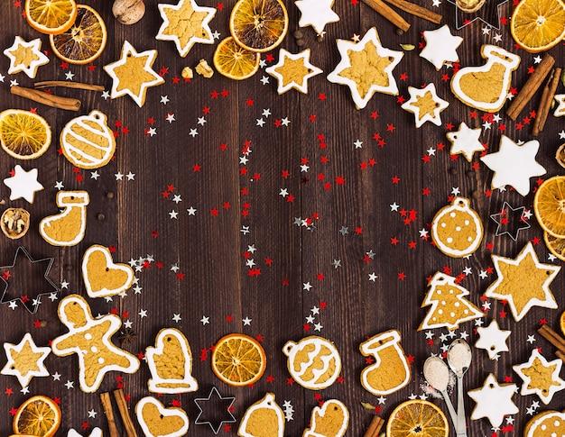Biscoitos de gengibre natal ano novo laranjas canela na mesa de madeira com copyspace