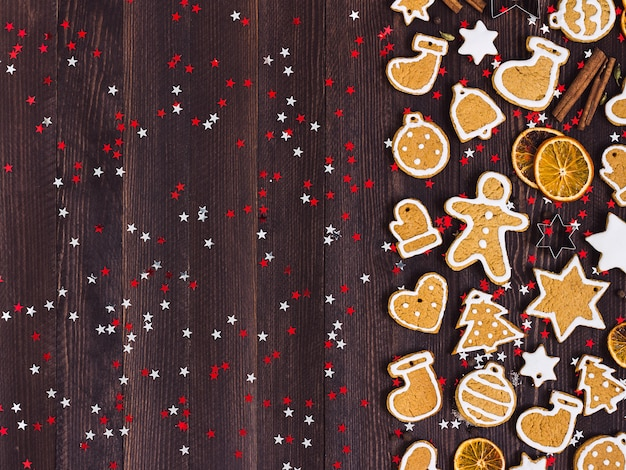 Biscoitos de gengibre natal ano novo laranjas canela na mesa de madeira
