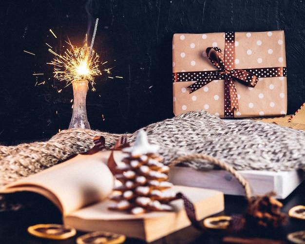Biscoitos de gengibre para árvore de natal, livro aberto com a inscrição na página de janeiro