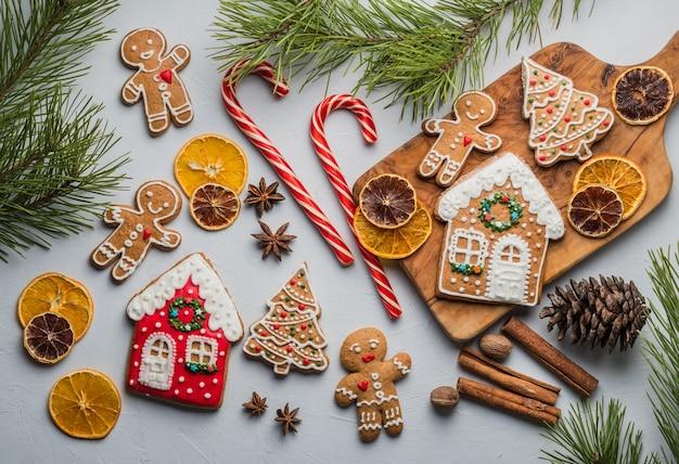 Biscoitos de gengibre para o natal pastelaria festiva, doce. linda, especiaria. conceito de natal