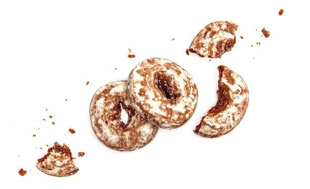 Biscoitos de gengibre picados com cobertura de açúcar isolados no fundo branco com vista superior do caminho de recorte