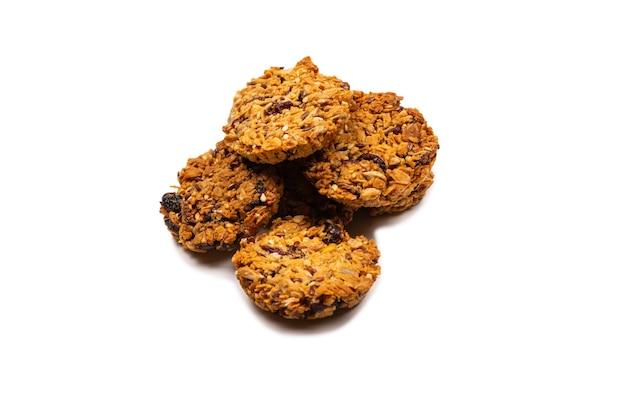 Biscoitos de granola isolados no fundo branco.
