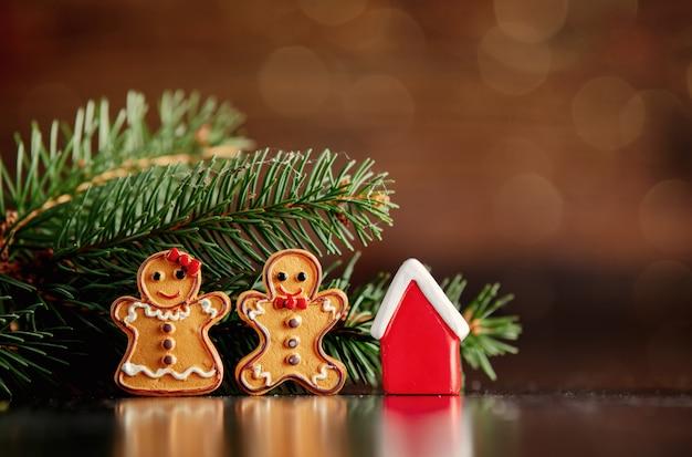 Biscoitos de homem de gengibre e brinquedo de pequena casa