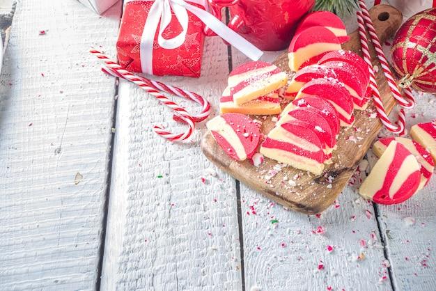 Biscoitos de hortelã-pimenta caseiros salame de chocolate de veludo branco e vermelho