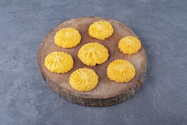 Biscoitos de limão caseiros no quadro na mesa de mármore.