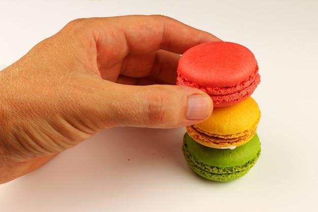 Biscoitos de macarrão colorido em uma superfície branca