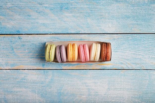Biscoitos de macarrão de cores diferentes em uma caixa.