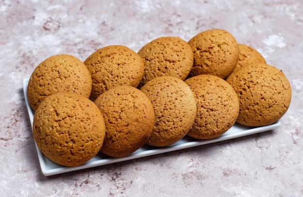 Biscoitos de manteiga de amendoim estilo americano sobre fundo concreto claro.