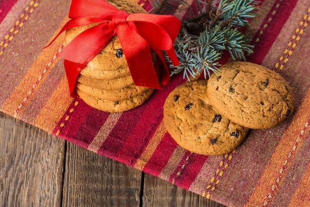 Biscoitos de manteiga de natal com passas