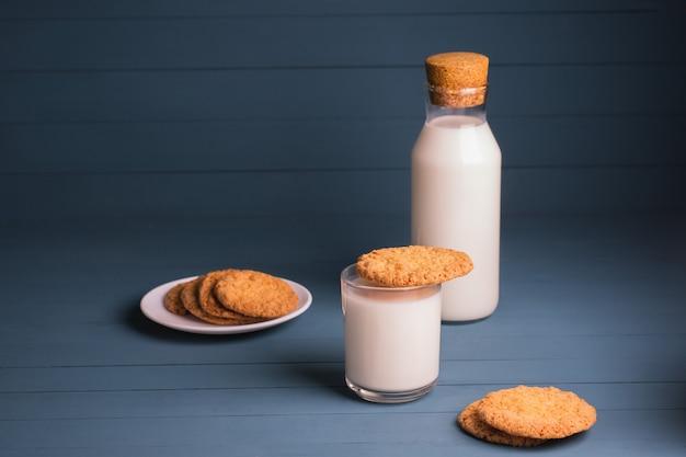 Biscoitos de manteiga recém-assados com leite. biscoitos de forno caseiros sobre um fundo azul de madeira.