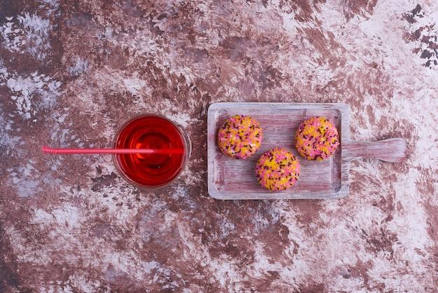 Biscoitos de marshmallow com um copo de bebida, vista superior.