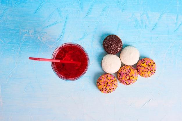 Biscoitos de marshmallow com um copo de suco, vista superior.