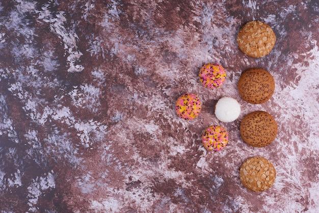 Biscoitos de marshmallow e aveia no mármore, vista superior.