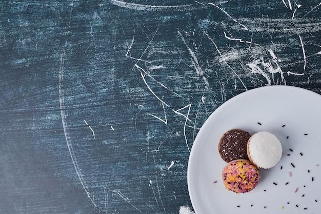 Biscoitos de marshmallow em um prato branco, vista superior.